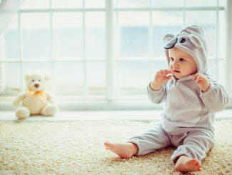 dziecko w śpioszkach królika