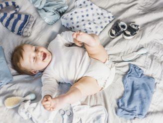 dziecko bawi się na łóżku