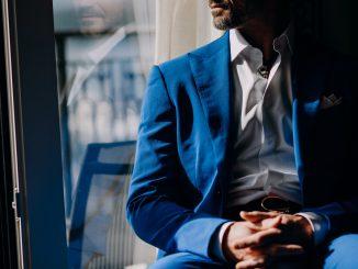 mężczyzna-w-garniturze-bez-krawata