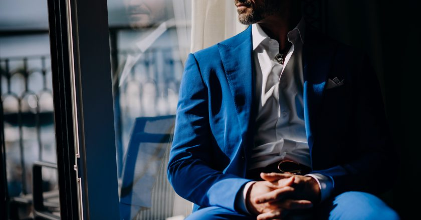 Jak nosić garnitur bez krawata?