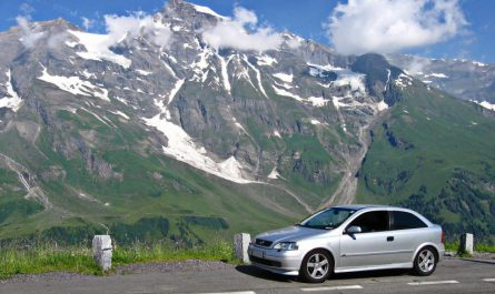 samochód na tle górskiego pejzażu