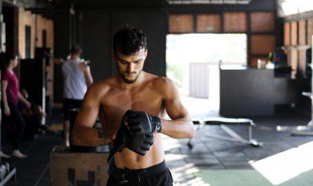zawodnik mma na treningu ubiera rękawice