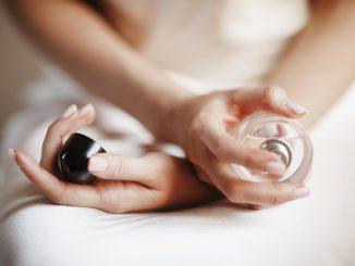 zbliżenie-na-dłonie-kobiety-trzymającej-perfumy