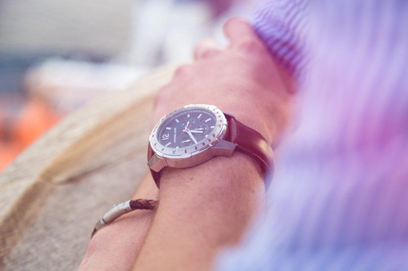 zbliżenie na męskie nadgarstki z zegarkiem i bransoletką