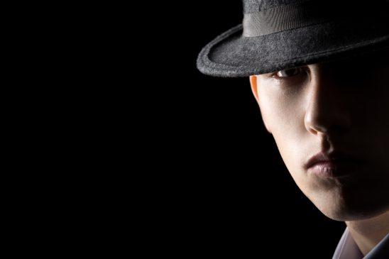 zbliżenie-na-młodego-detektywa-w-kapeluszu