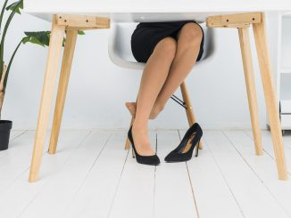 zbliżenie-na-obolale-nogi-kobiety-pod-stołem