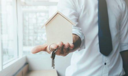 agent nieruchomości przekazuje klucze do nowego domu