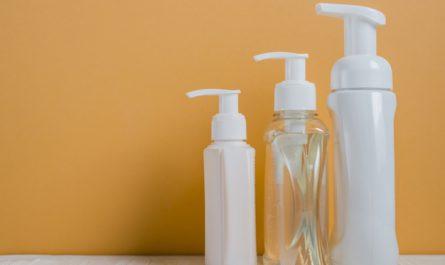 dozowniki do mydła na tle żółtej ściany