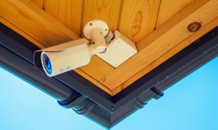 kamera bezpieczeństwa monitoruje teren wokół domu