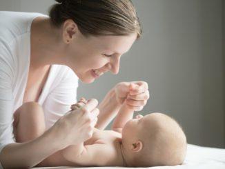 kobieta bawi sięz małym dzieckiem