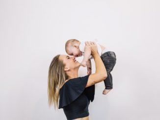 obieta trzyma dziecko na rękach