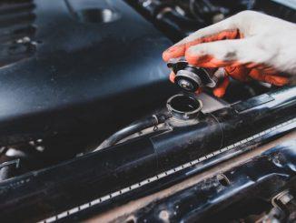 mechanik wymienia olej w samochodzie
