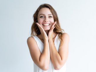uśmiechnięta kobieta pozuje do zdjęcia
