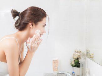 kobieta myje twarz wacikiem