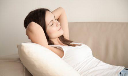 kobieta relaksuje się na kanapie