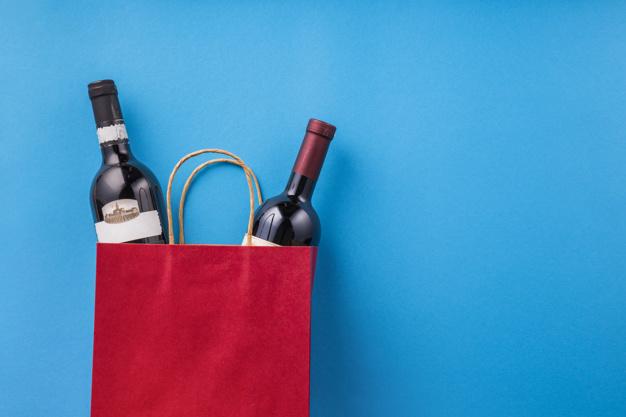 dwa wina w czerwonej torbie na niebieskim tle