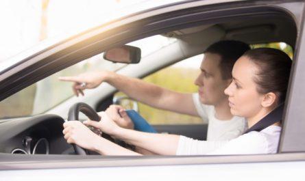 kobieta prowadzi samochod w trakcie egzaminu na prawo jazdy