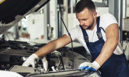 mechanik naprawa filtr paliwa w samochodzie