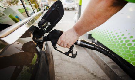 mezczyzna tankuj samochod paliwem