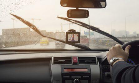 mezczyzna uzywa wycieraczek w trakcie jazdy autem