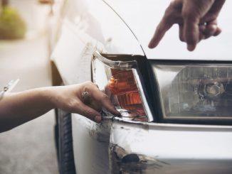 uszkodzony przedni zderzak samochodu