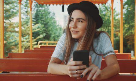 kobieta w kapeluszu i z telefonem