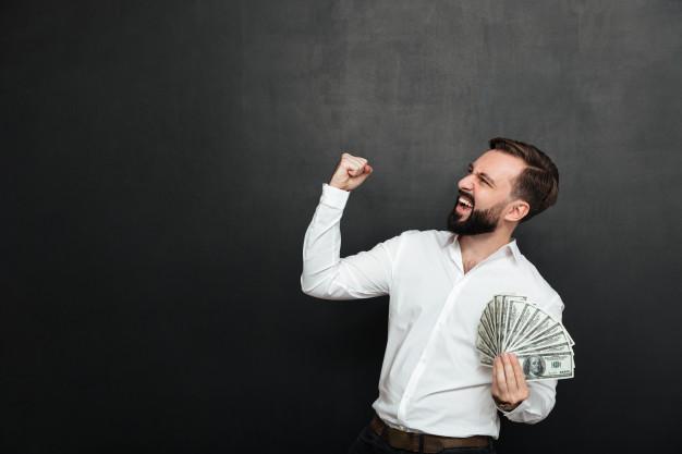 mezczyzna sukcesu trzyma pieniadze w dloni