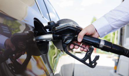 mezczyzna tankuje samochod na stacji benzynowej