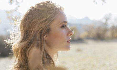 piekna blondynka o wschodzie slonca