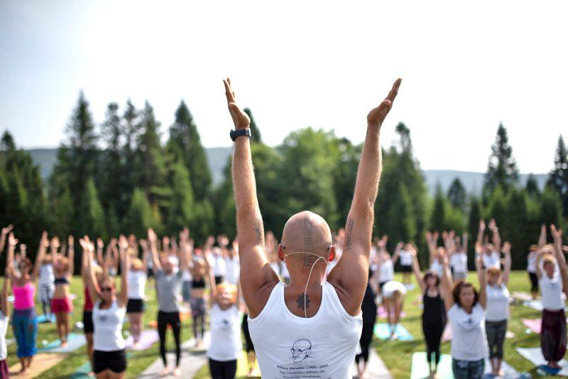 trener jogi prowadzi zajecia