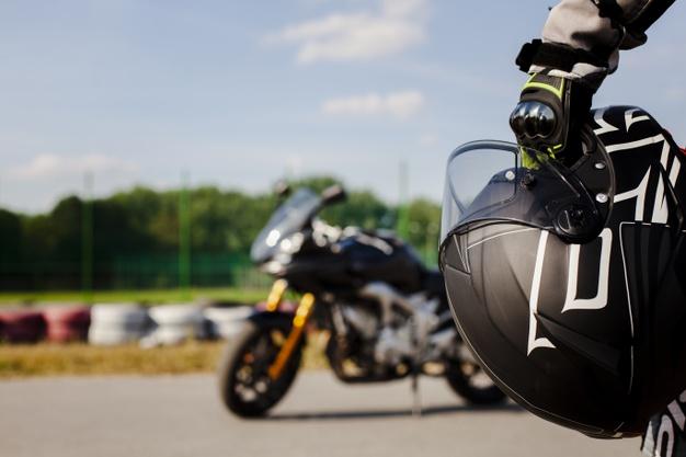 zblizenie na dlon mezczyzny z kaskiem motocyklowym
