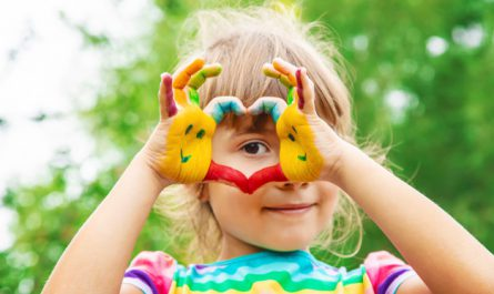 dziecko z pomalowanymi dlonmi