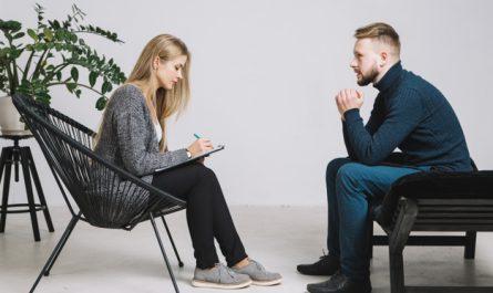 psycholog przeprowadza wywiad z pacjentem