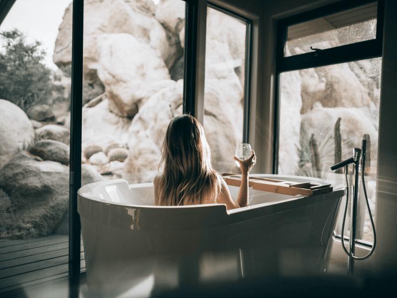 Relaksująca kąpiel w wannie - pomysły na relaks