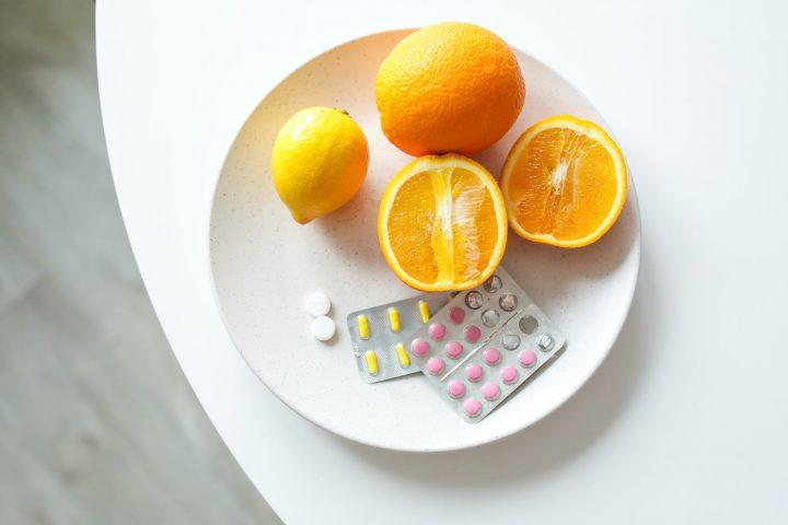 leki obok owocow