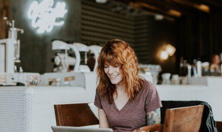 kobieta w restauracji z laptopem
