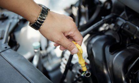 sprawdzanie poziomu oleju silnikowego