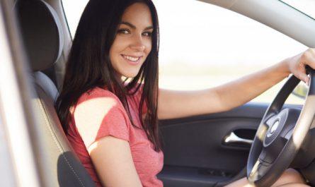 kobieta w trakcie lekcji jazdy
