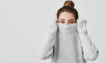 kobieta w cieplym swetrze