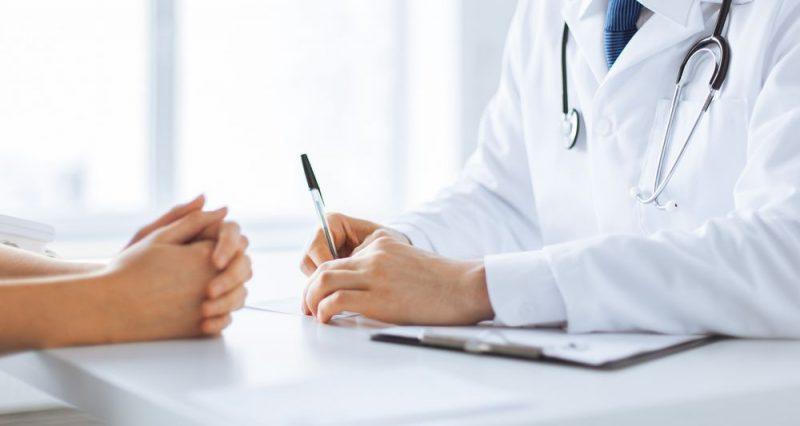 lekarz robi wywiad z pacjentka
