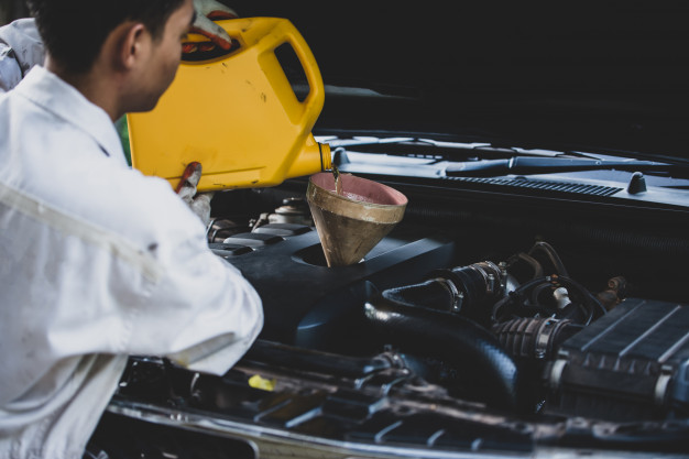 mechanik nalewa oleju do silnika