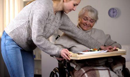 mloda kobieta opiekuje sie babcia
