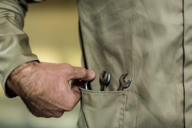 zblizenie na ubranie mechanika