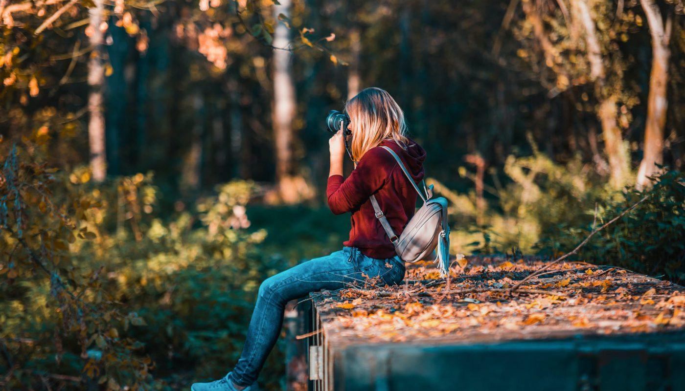 kobieta robi zdjecia jesieni