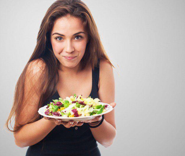 kobieta trzyma salatke