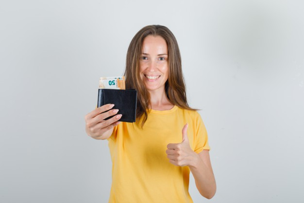 kobieta z portfelem podroznym