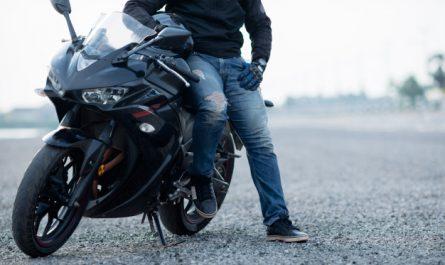 mezczyzna na motocyklu