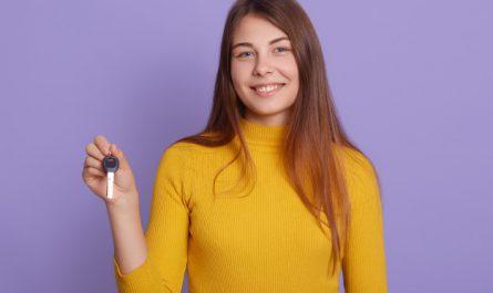 nastolatka trzyma kluczyki do auta