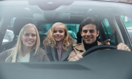 trzy osoby w samochodzie