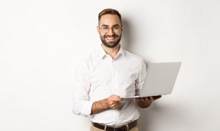 usmiechniety mezczyzna z laptopem